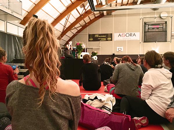 Aandachtig luisteren tijdens de Q&A van de Yoga With Adriene Masterclass
